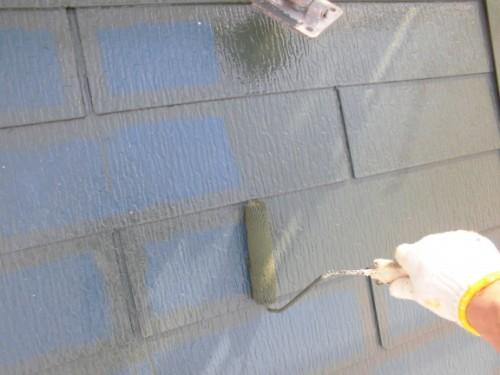 ローラーで屋根上塗り